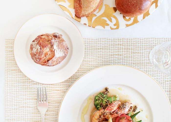 ルザーン(Luzerne)は、五ツ星ホテルのシェフ達も認めるシンガポールの食器ブランド。 今回はプレートのふちにゴールド・プラチナのいずれかをあしらった「グロッシー」シリーズをご紹介します。プレートは真っ白というよりも、やや乳白色で、女性らしい印象です。 こちらはゴールドをあしらったタイプ。細いラインでひかれているので、主張しすぎずませんね。