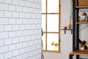 色や柄もたくさんあって、板壁やレンガのように見せることもできます。例えばレンガの柄なら、あえて一部分にだけ貼るのも雰囲気が出ますよ。