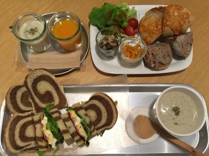 カフェでは卵とペッパーシンケンのサンドウィッチや、モーニングメニューが人気。他にもスイーツ類もあるので、おやつ時間に行っても楽しむ事ができます◎