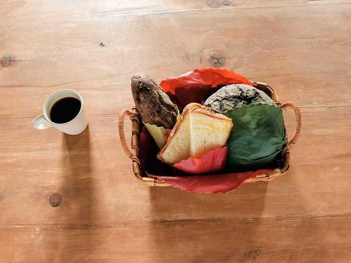 野菜の切り口に巻いたり、パンを包んだり、食材が残ったお皿のフタとしても使えます。繰り返し使えてゴミを出さないので環境にも優しい。