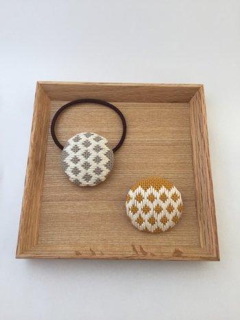布のヘアゴムなら、こんな刺し子をした布を使うのも可愛いですね。菱刺しという伝統的な手法だそうです。落ち着きがありますね。