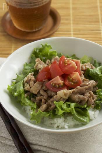 生姜焼きですが、フライパンは使わずに電子レンジだけでOK!豚肉は2度にわけて加熱すれば、火も通りやすくなります。レタスとトマトをのせると栄養バランスも彩もアップ◎