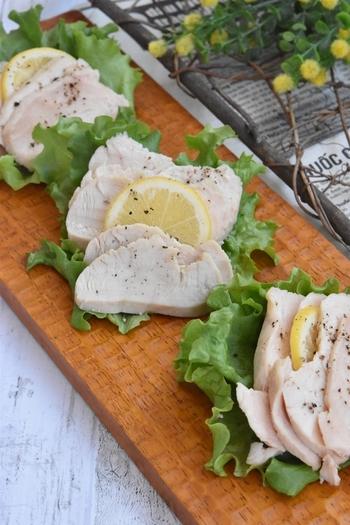 やっぱり外せないのは鶏肉とレモンの組み合わせ。さわやかでさっぱりしたレモン風味のサラダチキンは、そのままでもサンドウィッチにしてもおいしいんです。