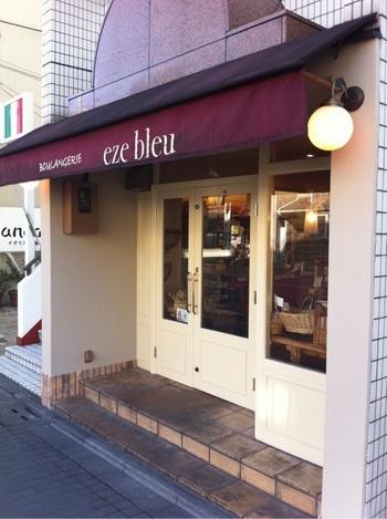 白を基調とした店構えに丸いライトが可愛らしい「eze bleu」(エズ ブルー) は、本場の味を再現するために、フランスからオーブンを取り寄せるほどのこだわりをもつお店です。