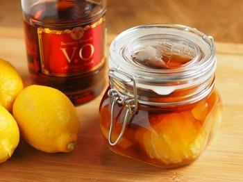 紅茶と氷砂糖でレモンのフルーツブランデーが優しい味に。グリューワインにアレンジしても楽しめます。