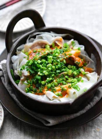 豚肉と大根を使った蒸し料理は、大根を薄くスライスすることで火が通りやすくモリモリと食べられます!コチュマヨソースは、辛味とまろやかさが絶妙で、豚肉があることで満足感もいっぱいのメインおかずに。