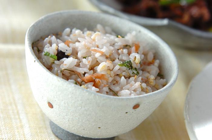 細かく刻んだ梅と大葉、白ごまを加えるだけのシンプルレシピですが、ほんのり素材の味わいが引き立って美味しいですよ。 塩昆布を加えても、相性抜群。白ごま油があれば、オイルおにぎりにしてみると、また風味豊かになります。