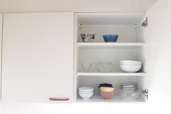 例えば食器棚。必要以上に食器があるとその分収納スペースが必要です。ずっと使っていない食器が奥に眠っていたり、使いたい食器が取り出しにくくなっていませんか?必要最低限に減らすことですっきり取り出しやすく、そして、使いやすい食器棚になります。