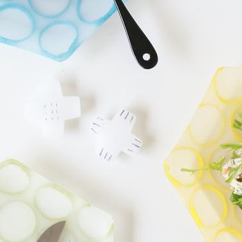 こちらは、シンプルなクロスデザインのガラスの箸置きです。半透明の涼しげな表情は、これからの季節の食卓によく似合います。