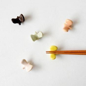 どんなテーブルセッティングでも使える物が欲しい…という場合は、シンプルでありながらも温かみのあるバーズワーズの小さな鳥の箸置きがおすすめ。箸はもちろん、スプーンやフォークレストに使っても違和感のないデザインです。