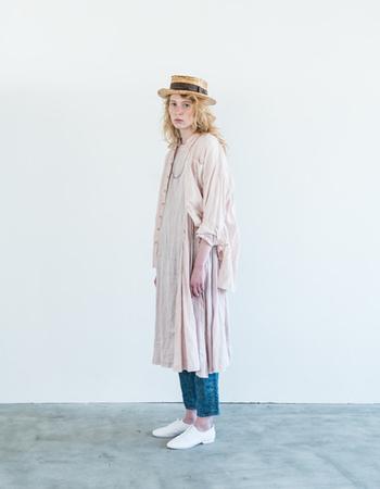 くすみ感のあるパステルピンクのリネンワンピースに同じ色味のリネンシャツを合わせた重ね着コーデ。ピンクonピンクでも子供っぽくならず、落ち着いた大人の女性らしさをお洒落に演出できます。