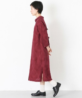 赤いワンピースと黒靴だと少し重めな印象ですが、白ソックスがほどよい抜け感を作ってくれています。