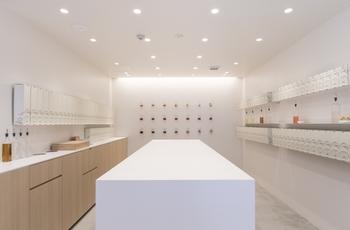 店内は白を基調とした明るく清潔感のある空間。ラボのような雰囲気も漂います。