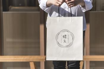 パッケージや紙袋も、京都らしいシンプルで今っぽさと伝統を感じさせるデザインです。