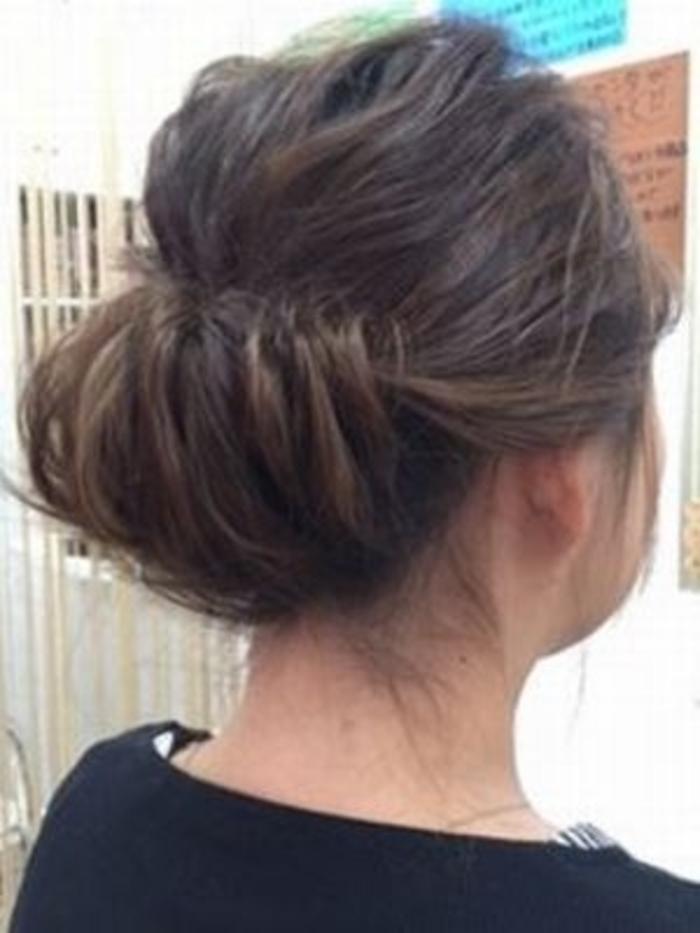 タック(tuck)は「入れ込む」という意味があり、内側に髪の毛を入れ込んでいることから。「ギブソンロール」とも呼ばれます。