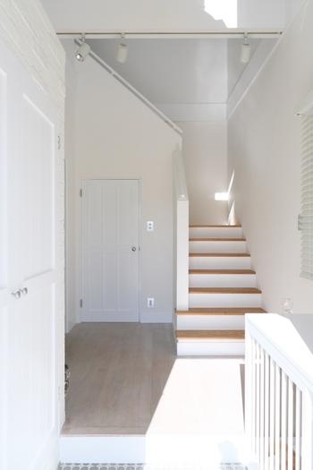 玄関から入ってきたポジティブなエネルギーが家の中まで行き渡るように、廊下にはモノを置かないようにしましょう。壁掛けの鏡があれば、明るく広く見せることができます。「気」を高めてくれる生花を飾るのもおすすめです。