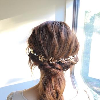 結婚式、二次会など華やかなスタイルに合わせたいクリップタイプのバックカチューシャ。繊細なリーフのモチーフにビジューやパールが添えられています。ふんわりしたナチュラル系のワンピースとも相性が良さそう◎。