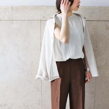 そんな今の季節は、コンパクトに持ち運びのできるシャツやカーディガンが便利です。着脱しやすいアイテムは、体温調節にぴったり。今回は、「シャツ&カーディガン」の基本スタイルとコーディネート実例をご紹介します。