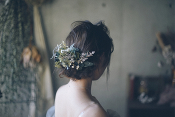 特別な日のドレスを美しく見せてくれるヘアアレンジとして、ウェディングの定番です。