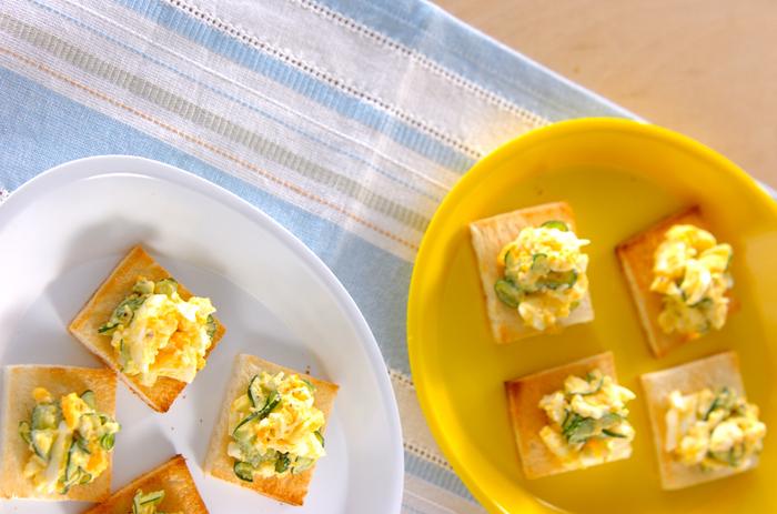 おうちに食パンと卵が余っているときに◎卵はアレンジ次第でどんな味にも変身できる万能食材!ガーリックパウダーを入れて風味豊かなおつまみ風に。キュウリの食感が程よいアクセントになっています。