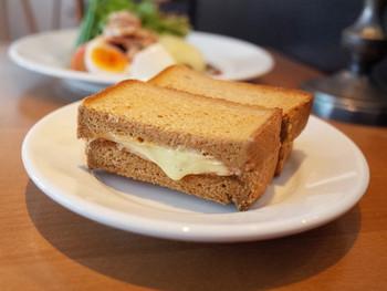 こちらは、限定ランチセットの「ハムチーズライ麦サンド」です。ライ麦パンの中には相性バッチリのハム&チーズが絶妙な美味しさ!とろけるチーズが食欲をそそりますね。