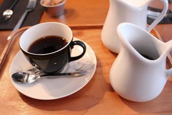 レントのカフェオレは一風変わっていて、コーヒーとミルクが別々のポットで運ばれてきます。自分好みの割合で楽しめる配慮もコーヒー好きにとっては嬉しいおもてなしです。