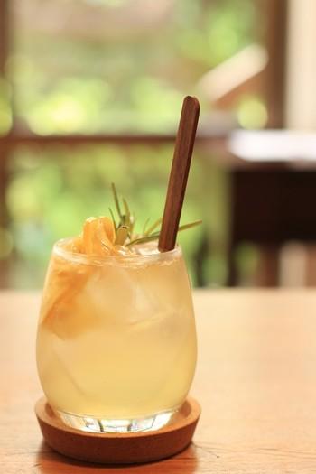 「自家製のレモネード」もレモンの爽やかさが口の中に広がります。こちらはウィスキー仕立てのレモネードで、お酒好きな方におすすめです。ウィスキー以外にも、ソーダやホットでも楽しめますよ。