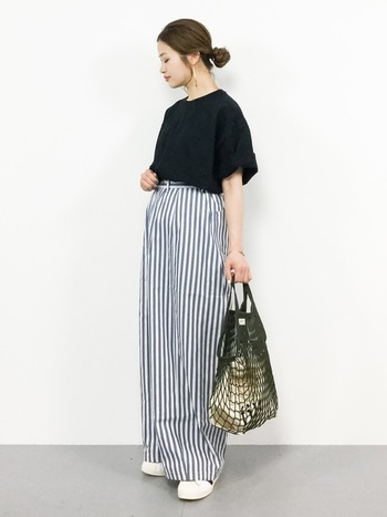 ゆるっとした黒Tシャツに爽やかなストライプ柄のワイドパンツを合わせた、マリン風のリラックススタイル。ライトカラーを黒Tシャツがキリッと引き締めているので、ゆったりシルエットもルーズな印象になりません。