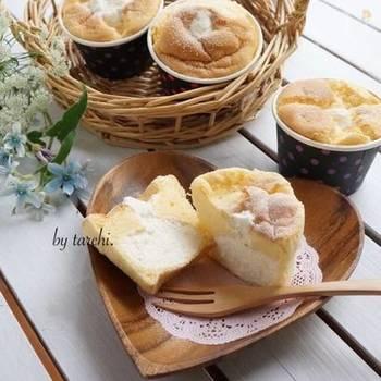 ふわふわシフォンの中に、たっぷりとろける生クリームが入ったとろ生シフォンケーキ。カップケーキで焼くから、食べやすく、パーティーやお土産にぴったり。アレンジ自在の基本の生シフォンケーキです。