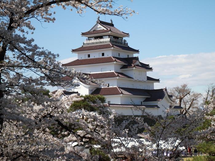 会津若松のシンボル的存在といっても過言ではない「鶴ヶ城」。1384年に葦名直盛が東黒川館を築いたのがはじまりと言われています。戊辰戦争で約1ヶ月の激戦に耐えたことにより、その名を天下に知らしめました。そして、幕末時代の瓦である「赤瓦」は国内で唯一。天守閣にも入れますので、さまざまな展示で歴史を学びつつ、天守閣からの景色を楽しんでみてください。