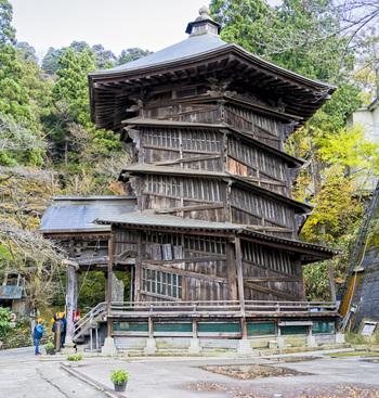 飯盛山にはさまざまな見どころがありますが、「さざえ堂」も外せません。国指定の重要文化財になっている建物で、入った人と出る人がすれ違うことのない、2重螺旋の構造になっています。その不思議を体験してみてください。