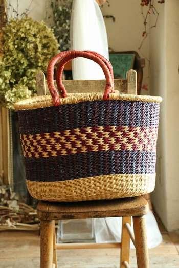 懐かしいレトロな印象の網目模様が可愛らしいかごバッグ。しっかりとした作りで、物をたくさん入れてもへこたれません。買い物にもぴったりですね。