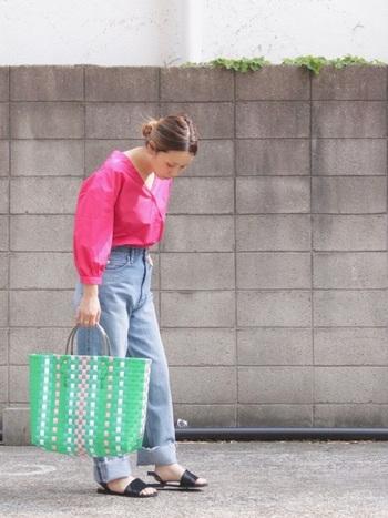 カラフルなメルカドバッグに、ショッキングピンクのブラウスが明るくて可愛らしい着こなし。バッグの中に入った色をファッションに取り入れると全体が可愛らしくまとまりますね。足元は大人っぽくシンプルに。