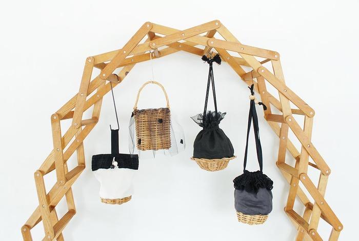 かごを使ったきんちゃく型のバッグ。所々にチュールや装飾があしらわれていて、女の子らしく可愛らしい印象です。きんちゃく型のかごバッグは、普段のファッションに遊び心をプラスしてくれます。