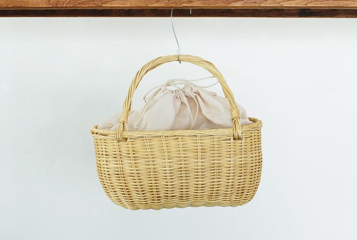 セレクトショップや古着屋さん、今年はどのお店にも少しレトロなかごバッグが並んでいます。 丸い形のかごものやストライプデザインのメルカドバッグなど…どこか懐かしい色合いや形ものばかり。 今年は、ちょっとレトロな『編みかごバッグ』をコーディネートのポイントとして、おでかけしませんか?