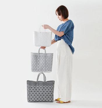 大きさやカラーが揃うデザインが素敵なメルカドバッグ。トートバッグ型で、使いやすく、軽くて丈夫なので普段使いから、アウトドアなどいろいろなシーンで使えます。