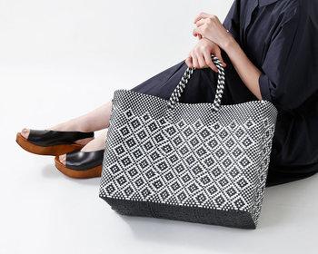 網目模様がきれいなメキシコ製のメルカドバッグは、ぱっと目を惹く可愛く美しいデザインで、着こなしのアクセントになってくれます。プラスチックで作られているので、彩り豊富で軽い使い心地が◎なんです。