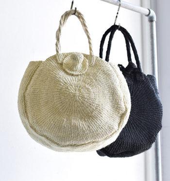 やわらかで素朴な雰囲気のサイザル麻のかごバッグ。天然素材ならではの味わいがあり、収納力もたっぷり。着こなしのアクセントになるまあるい形は、これからの季節のポイントとなってくれそうです。