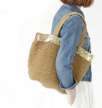 ゴールドのスパンコールの縁取りが大人っぽく可愛らしいかごバッグ。ペーパーラフィア素材のナチュラルでくったりとした素材感が特徴。たっぷり荷物が入るのに、軽くてコンパクトで使い心地◎です。