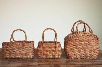 ナチュラルで可愛らしいかごバッグと、カラフルでポップで網目がきれいなメルカドバッグ。どちらも着こなしのアクセントになって、季節感をプラスしてくれます。どんなファッションにも馴染みやすく、ぐっとおしゃれに見せてくれる編みかごバッグで、出かけませんか。