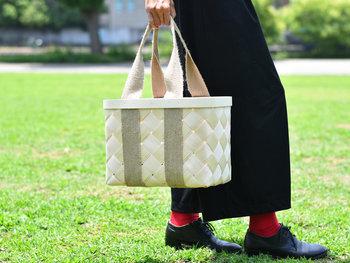 北欧エストニアの職人さんが、ひとつひとつ丁寧に編み上げた白樺のかごバッグ。きれいでしなやかで、使い込むごとに味わいが増します。かっちりとした作りなので、ピクニックなどにも◎。