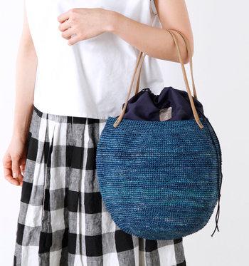 半円のような形をしたバケツ型かごバッグ。ラフィア素材の特徴が、軽くて丈夫でしなやかなので旅行やレジャーにも大活躍してくれそう。カラーバリエーションも豊富なので、お好きなカラーを選んでくださいね♪