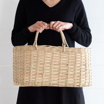 カンボジアの職人さんによって編まれたかごバッグは、カンボジアとベトナムの一部でしか採ることが出来ない貴重なラペアという素材で作られています。なめらかで艶やかな素材感はナチュラルでとても美しい仕上がりです。
