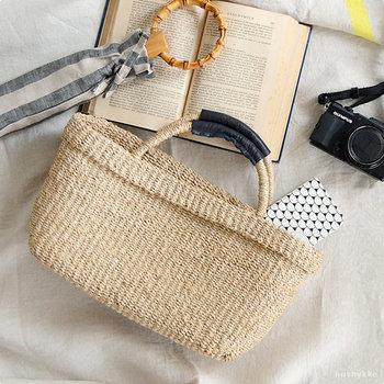 ナチュラルで味わいのあるかごバッグ。船舶のロープなどにも使われる丈夫な素材を使って編み上げられています。しっかりとした作りで、気負わず使えます。