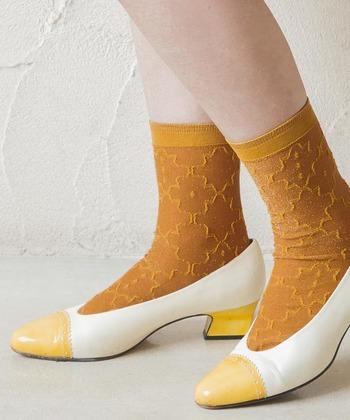 足元のおしゃれが楽しめる季節になりました。コーディネートに合わせて靴は色々と変えることはできなくても、ソックスを変えることで足元の雰囲気がぐっと変わります。
