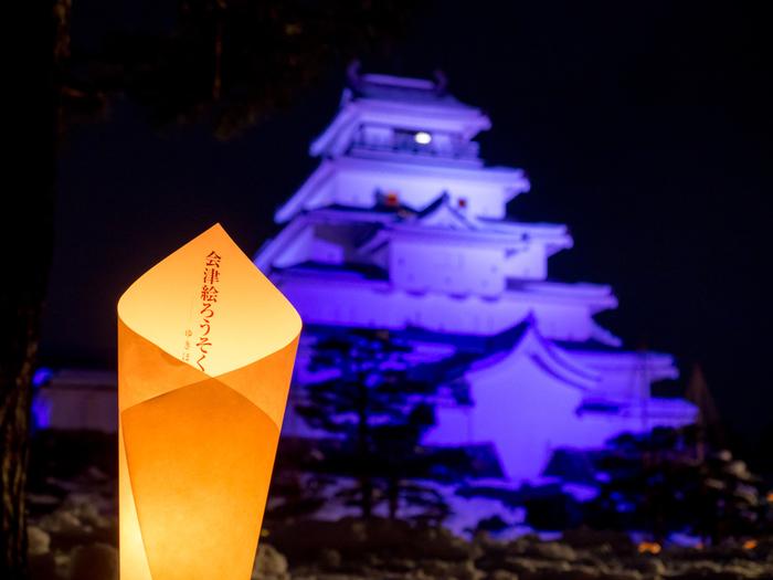 鶴ヶ城や御薬園など市内各所が会場となる「会津絵ろうそく祭り」は、毎年2月頃に開催されているお祭りです。「会津絵ろうそく」とは、会津の伝統的工芸品。お祭りではろうそくが灯り幻想的な冬景色を見ることができます。この期間にしか見られない風景なので、お祭りにあわせて会津を訪れてみるのもいいかもしれません。