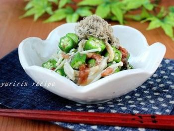 【オクラとえのきの梅とろろ和え】  オクラもえのきもサッと茹でるだけだから、食べたいときにすぐに作れるお助けレシピ。とろろ昆布の旨味と梅干の酸味が絶妙です◎