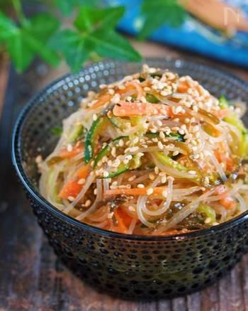 【塩昆布ときゅうりの絶品♡春雨サラダ】  味付けは醤油や酢でシンプルですが、塩昆布をプラスすることで旨味と美味しさがワンランクアップ!冷蔵保存なら2~3日持つので、たっぷりと作って常備菜に。