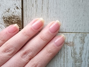 バッファーで爪の表面を磨きます。力を入れ過ぎず優しく一方向にこすりましょう。最後にシャイナーで磨いて、キューティクルオイルを塗ります。甘皮処理後に爪の表面を整えれば、ネイルをしてなくても艶々のキレイな指先に♪