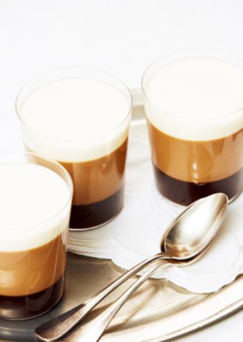 インスタントコーヒー、きび砂糖、コーヒーリキュールでつくるカプチーノゼリーです。3層のレイヤードがなんともおしゃれです♪